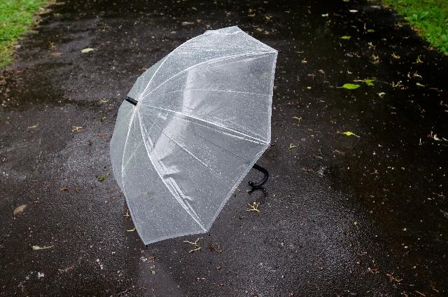 傘を水平にして持ち歩くの、ホントやめてほしい。あなたが思ってるより危ないから。